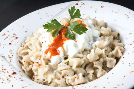 요구르트 및 육즙 소스와 함께 전통적인 터키 음식 만티 스톡 콘텐츠
