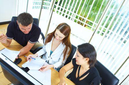 ambiente laboral: Vista del grupo de trabajo que interact�an en un entorno de trabajo natural
