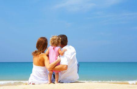 familia viaje: Retrato de familia j�venes divirti�ndose en la playa