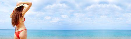 tanga: vista delle donne in marinaio-cappello su uno sfondo di mare tropicale. Banner, un sacco di copyspace.  Archivio Fotografico