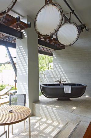 tuinhuis: Gezicht zomerhuis terras met zwarte bad in een midden