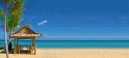 Widok nice pusta piaszczysta plaża z niektórych tropikalnych chatę. Banner, wiele kopii przestrzeni. Zdjęcie Seryjne