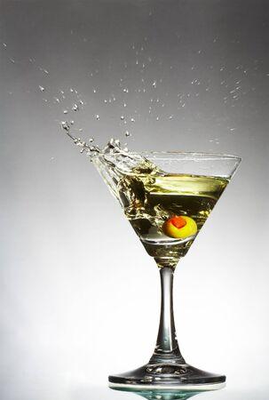verm�: vista de vaso de martini con vermut y aceite de oliva