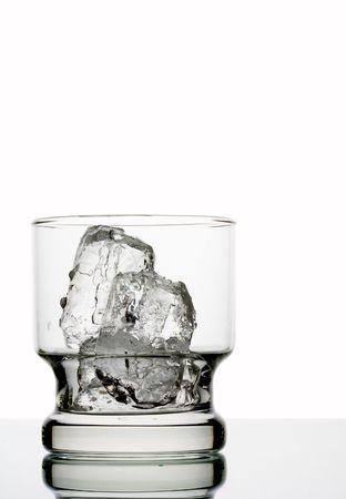 carbonation: Ver el cuadro de vidrio con hielo en el mismo  Foto de archivo