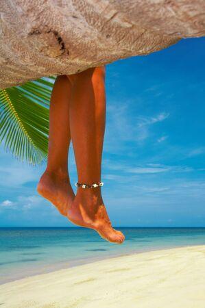 solter�a: vista de suaves piernas de la mujer colgando de la palma