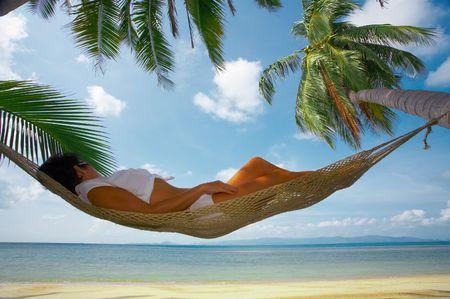 solter�a: bonita vista de la mujer descansar en hamaca en el ambiente tropical