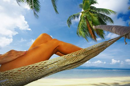 solter�a: vista de suaves de la mujer en las piernas tropical Bliss Foto de archivo