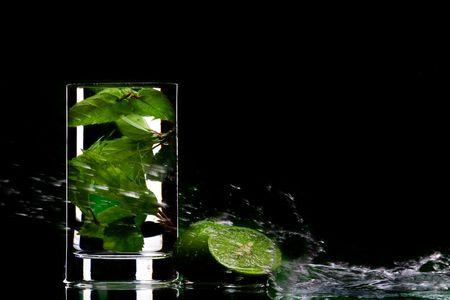 beiseite: Blick auf Glas gef�llt mit gr�nem Tee und einige Limetten beiseite Lizenzfreie Bilder