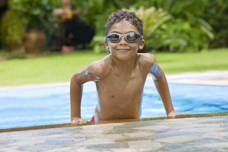 mulato: Retrato de ni�o con buen tiempo en la piscina