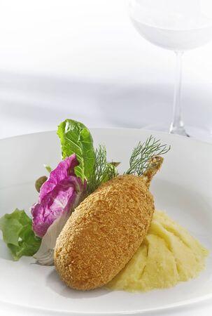 Nahaufnahme von Nizza köstlichen Hühnchen Kiew am weißen Rücken