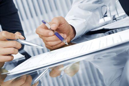 contrato de trabajo: Fragmento como vista de gente de negocios que discutir el proyecto en el entorno de Oficina