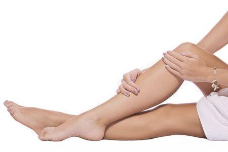 waxed legs: Close up vista delle gambe lisce woman?s su sfondo bianco