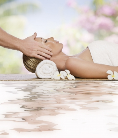 massage: Portrait de jeune femme belle en environnement spa Banque d'images