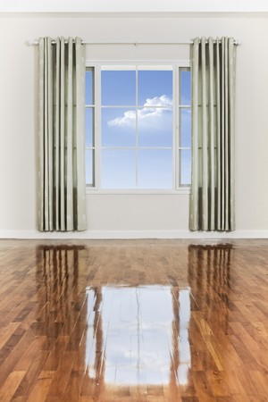 big window: weergave van mooie grote venster met stuk van hemel gezien door