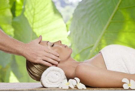 massaggio collo: Ritratto di giovane donna bella in ambiente spa