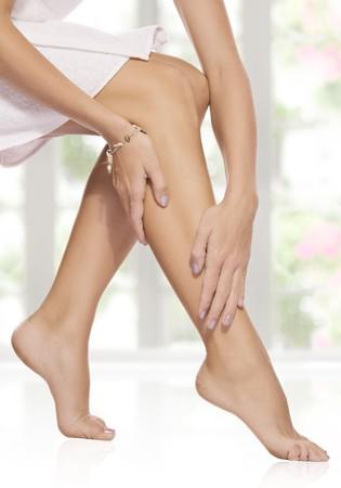 waxed legs: Close up vista delle gambe lisce woman?s sul colore di sfondo