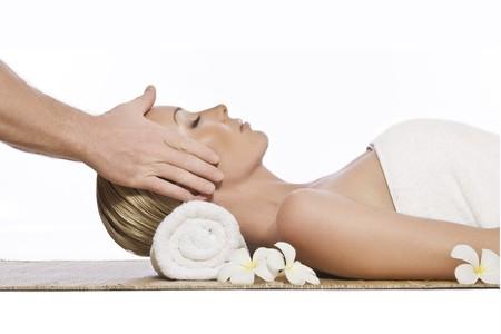 tratamiento facial: Retrato de una mujer hermosa joven en entorno de spa