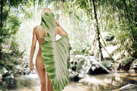 fesse: Portrait de cl�s �lev�e de jeune femme belle sur fond de clolr  Banque d'images