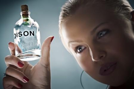 veneno frasco: Retrato de clave baja de joven en espalda azul  Foto de archivo