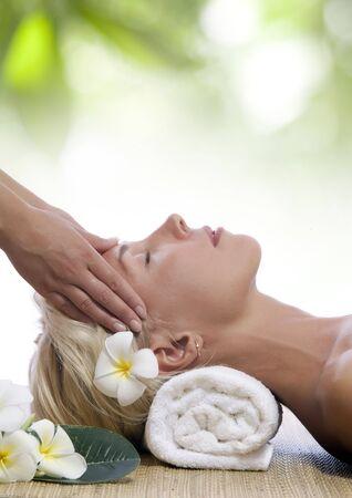massaggio collo: Ritratto di giovane donna bella in ambiente spa Archivio Fotografico