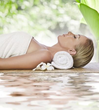 masajes faciales: Retrato de una mujer hermosa joven en entorno de spa