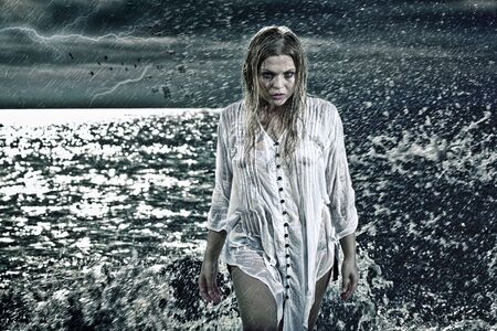 strega: Basso chiave ritratto di donna getting out of the water