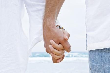 verlobung: Nahaufnahme von zwei H�nden halten einander Lizenzfreie Bilder