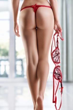 culo: Visualizzazione delle gambe della donna bella liscia sul colore torna da vicino