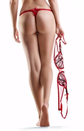 waxed legs: Close up vista delle gambe della donna bella liscia sul retro bianco