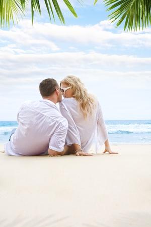 luna de miel: Retrato de la joven pareja agradable tener buen tiempo en la playa