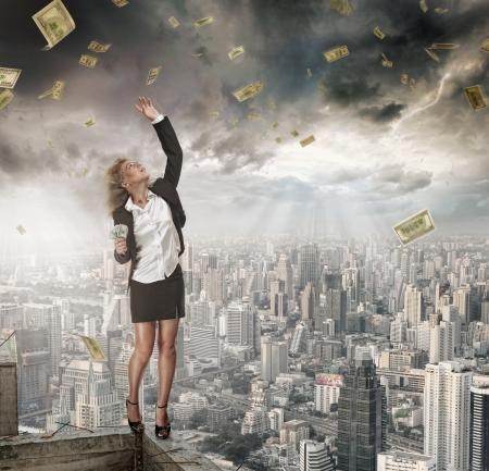 dinero volando: Retrato de joven cogiendo dinero sobre fondo de color