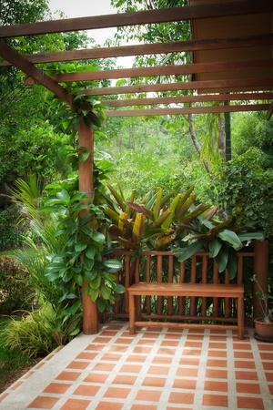 Panoramablick auf schöne Sommerterrasse in tropischen Umwelt