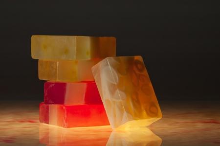 productos de aseo: vista de cerca de jabón de color negro en la parte posterior