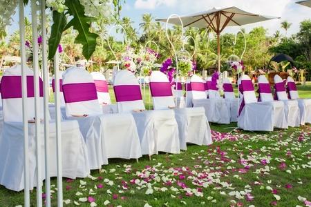 結婚式: フラグメントのように素敵な椅子の結婚式の準備ができて