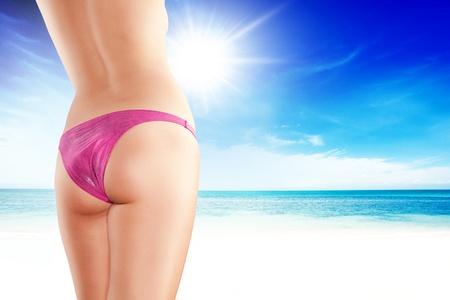 culo di donna: Primo piano vista di belle gambe lisce womans sul retro a colori