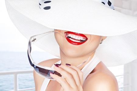 sonrisa: Retrato de joven bella mujer con sombrero y gafas de sol Foto de archivo