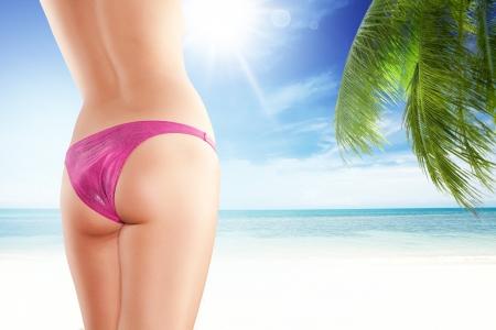 mujer celulitis: Cierre de vista de bonitas piernas womans suaves en la parte posterior de color