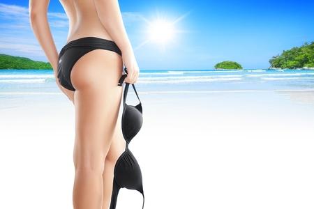 tanga: Primo piano vista di belle gambe lisce womans sul retro del colore