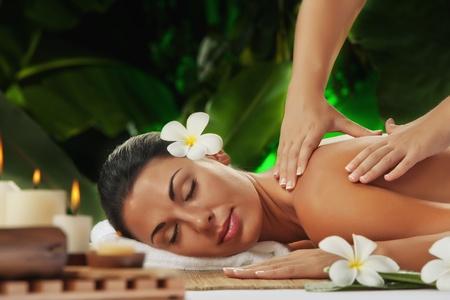massage: Portrait der jungen sch�nen Frau in Spa-Umfeld