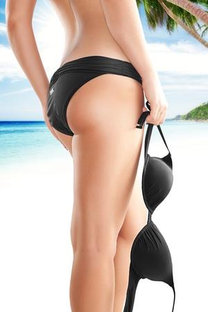 tanga: Primo piano vista di belle gambe lisce womans sul retro a colori