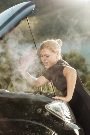 옆의 부서진 된 자동차와 젊은 아름 다운 여자의 초상화