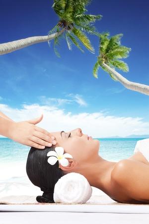 masajes relajacion: Retrato de mujer joven y hermosa en la espalda de color