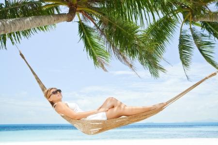 열 대 해변에서 작은 산에서 좋은 아가씨 스윙의보기 스톡 콘텐츠