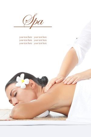 massage: portrait de belle jeune femme sur le dos blanc