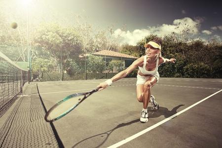 streichholz: Portrait der jungen schönen Frau spielt Tennis im Sommer Umwelt