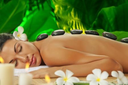 masaje: retrato de una mujer hermosa joven en el ambiente de spa