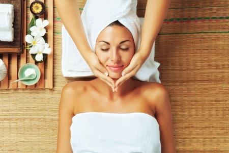 peluqueria y spa: retrato de una mujer joven y bella en el ambiente de spa
