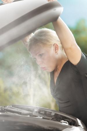 깨진 된 자동차 젊은 아름 다운 여자의 초상화