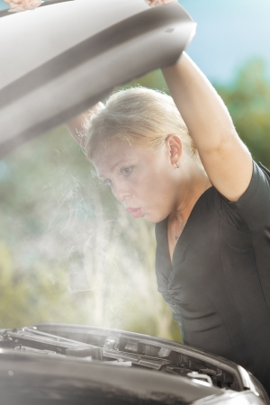 portrait of young beautiful woman with broken car  Banque d'images