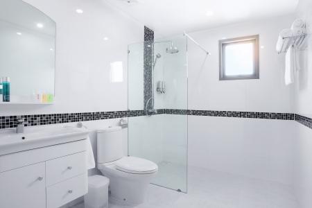 Blick auf schöne moderne weiß geflieste Toilette